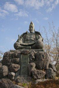 鎌倉時代からある像というわけではないのですが、筆者が描く頼朝にとても近い容姿をしています。