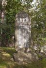 墓の側に石碑が建てられています。