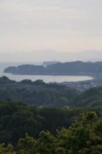 パノラマ台からの風景。由比ガ浜、稲村ケ崎、江之島を真っすぐにみます。
