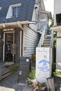 JR鎌倉駅のホーム(上り)、北鎌倉寄りの踏切近くから見ることができる店舗。階段を上がって2階です。