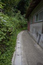 火の見下やぐら付近の平場を抜けると住宅脇の小道に入ります。
