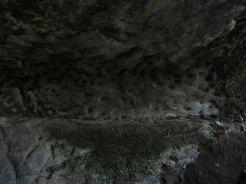 天園ハイキングコース瑞泉寺〜獅子舞上合流地点間。やぐらの壁面。