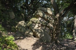 〔地図⑭〕道に張り出した巨石。ネジのように削られているのは何か気になります。