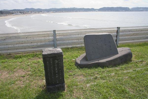 由比ケ浜をのぞむ歌碑。長谷駅を降りたら海に向かってください。海岸線を走る国道134号線に出たら稲村ケ崎方面へ歩くと公園が見えてきます。その中にあります。