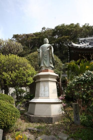 龍口寺の日蓮聖人像。