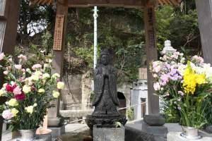 龍口寺の浄行菩薩。花が供えられとてもきれいです。