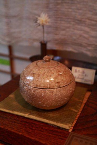 高野山在住の作家、沖康史さんの蓋もの、31,500円。下の台にしているのは漆器作家、泉泰代さんの蕎麦の器(栗の木の一枚板からつくったもの)、84,000円。