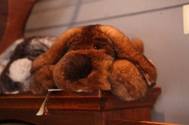 orylagという品種改良された高級なウサギの毛皮でできた犬たち、各88,000円。とてもきめ細かな感触は触ると癒されます。