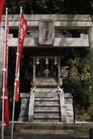 龍口寺の経八稲荷堂。本堂を出たら左手に進みます。龍口寺の大檀越島村家にあった地元の守護神。