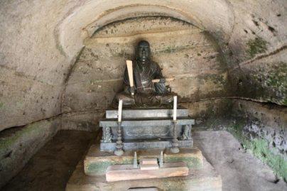 龍口寺御霊窟の中に安置された日蓮の銅像。銅像は1765年(宝暦6年)につくられた祖師像です。