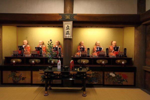 龍口寺本堂内、六老僧の像。※本堂内の撮影は許可を得て行っています。
