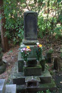 妙法寺、薩摩屋敷事件戦没者の墓。幕末の1867年(慶応3年)12月15日、江戸の薩摩屋敷焼討事件において戦死した薩摩、幕府双方の遺骨を収めてあります。明治維新へと突き進む時代の貴重な遺跡です。もともとは江戸芝三田の薩摩藩島津家屋敷跡にあった妙法寺の支院、清正公堂にありましたが、1995年にここに移されました。