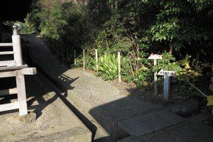 浄楽寺本堂右手から、収蔵庫、前島密の墓所にむかいます。