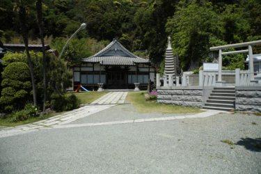 大寳寺境内。正面に本堂、右手に多福明神社。