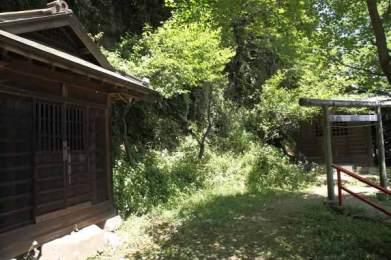 青梅聖天社。建物はふたつあり、御本尊を安置しているたてものは鳥居の真ん前です。