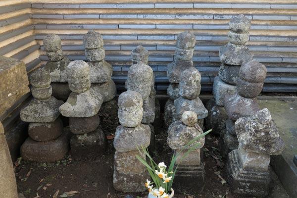 薬王寺跡には三浦義澄墓と伝わる五輪塔の他に三浦一族郎党のものと思われる五輪塔がいくつもあります。
