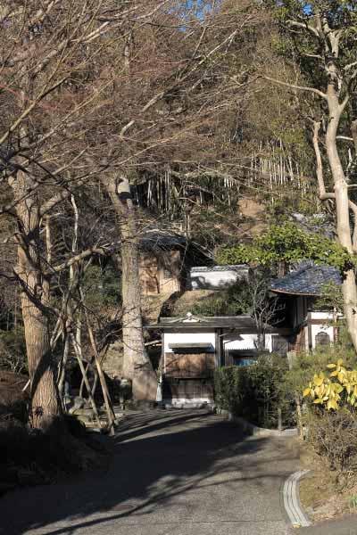 満願寺本堂左手には庭園。山を登った本堂背後に観音堂と伝佐原義連廟所があります。
