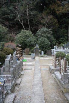 妙本寺、竹御所の墓。祖師堂左脇の石碑近くの階段を登ると墓地があり、正面に竹御所の墓が見えてきます。