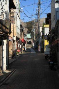 商店街の奥に海南神社の鳥居が見えてきます。
