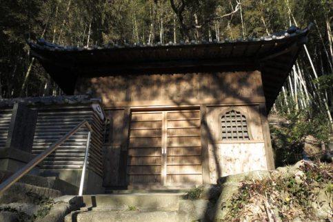 満願寺観音堂。かつてここに観世音菩薩像と地蔵菩薩像が安置されていました。