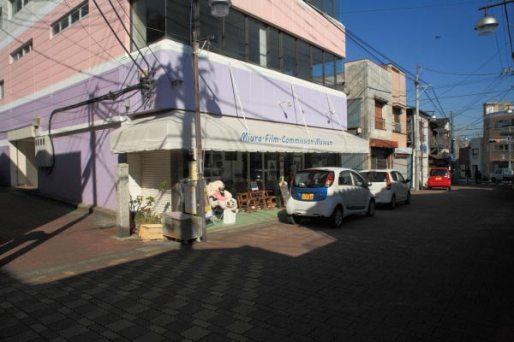 本瑞寺門前。北条湾の三崎港側を一本中に入ると商店街があり、そこから参道が始まります。写真の左に石塔がありそれが目印です。