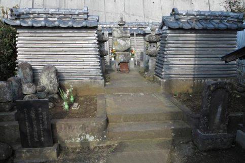 薬王寺跡。細い道を入ると薬王寺跡が見えてきます。