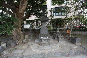 畠山重忠の墓塔といわれる石塔2体。