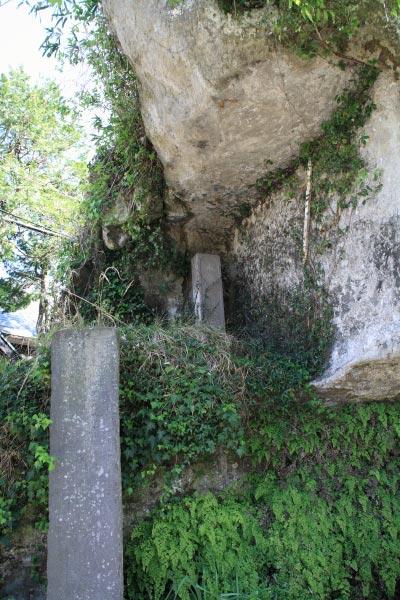 藤原景清が幽閉された牢の跡といわれる、景清窟。