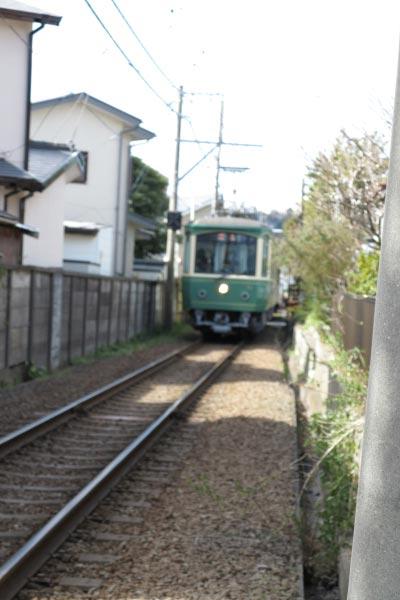 和田塚駅と由比ケ浜駅のちょうど真ん中あたり、虚子庵跡(高浜虚子の住居跡)から。1両編成が2両となり車両が新しくなっても江ノ電を見ると子供の頃を思い出します。