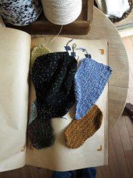 糸の編みサンプル(見本)3。何本かの異なるテクスチャーの糸を混ぜて編むと、一枚の布を作っているような感覚になります。