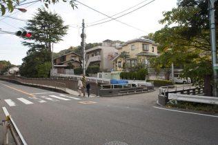 〈王道〉金沢街道をゆく。杉本寺の門前。右手に見えるのが犬懸橋。