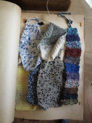糸の編みサンプル(見本)4。何本かの異なるテクスチャーの糸を混ぜて編むと、一枚の布を作っているような感覚になります。