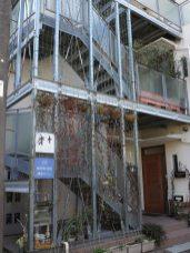 木木は江ノ電「和田塚駅」のすぐ近く、この建物の1階にあります。