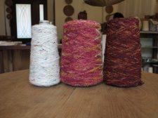 木木にあるたくさんの糸の中からいくつか。左はカラフルな色が随所に混ぜ込んである糸。中央は少しレトロな色合いの段染めのループヤーン。左は加工糸、織りにお薦め。