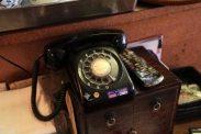 盛華園。落ち着く黒電話。アンティークとか何とかではなくただ使い続けているだけの現役です。