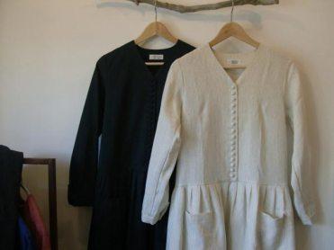 リネンワンピース(atelire naruse)/24,000円(税別)。小さなくるみ釦が連なる繊細さを見え隠れさせながらも、たっぷりとしたスカート部分、大きな前ポケットなどカジュアルな雰囲気も持ち合せています。