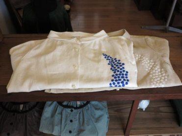 ムーン刺繍リネンブラウス(atelier naruse)/19,000円(税別)。中厚手の上質な麻生地で作られたブラウス。着脱する際のことを考え、裏には縫い目を包んだ縫製が施されていたりと、丁寧な仕事を感じられる一着です。