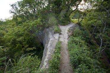 名越切通し。大切岸の上に登ります。ここはもっとも道が細い場所。