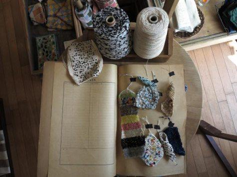 糸の編みサンプル(見本)1。何本かの異なるテクスチャーの糸を混ぜて編むと、一枚の布を作っているような感覚になります。