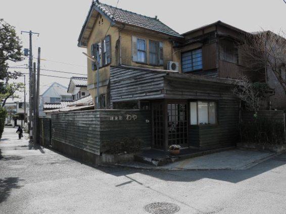 虚子庵址。長閑な細い道をしばらくあるくと「鎌倉彫わや」が見えてきます。左脇の道に入るとすぐ線路手前に虚子庵址があります。