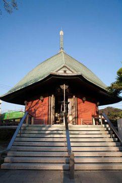 本覚寺の夷堂。かつて佐渡流罪から帰った日蓮が布教の拠点にした場所です。