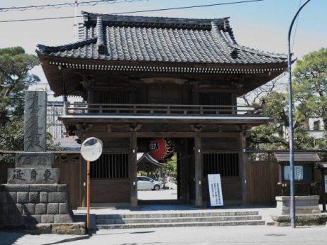 2014年春に改修を終えた本覚寺山門。江戸時代に移築されました。
