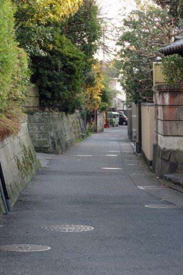 妙本寺山門を左手の細い道に入ります。