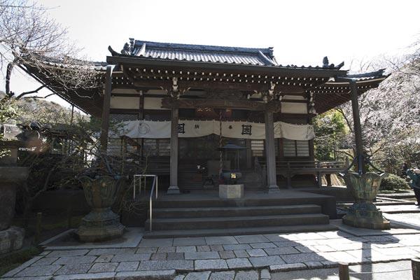 安国論寺本堂。本堂左手にトイレがあります。