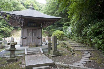 安国論寺本堂右手にある日朗の荼毘所。右手が南面窟に向かう道。あじさいがたくさん植えられています。