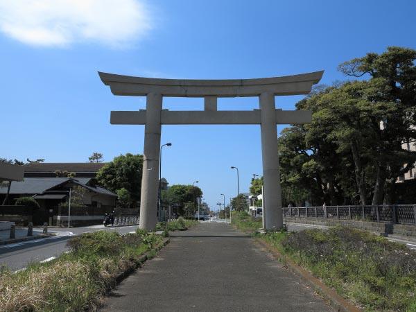 一ノ鳥居。鶴岡八幡宮方向からみます。