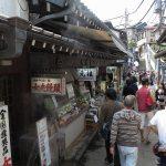 江ノ島、山二つにある中村屋羊羹店。1902年(明治35年)に創業された和菓子の老舗。大正時代に苦心の末、海苔羊羹を開発。数々の受賞歴を誇る銘菓となりました。
