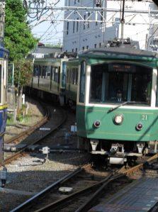 江ノ島駅に入る20形車両。2002年(平成14年)、2003年(平成15年)に登場したレトロ車両であり10形の後継です。反対ホームに10形が少しだけ写っています。