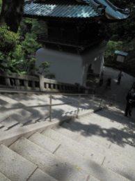 江島神社、瑞心門を越えると折り返しつつ続く男坂。