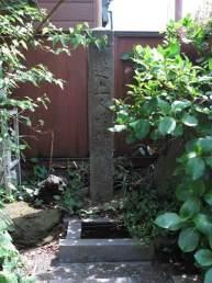 江ノ島、一遍成就水。飲料水の確保に苦心する島民のために一遍上人が掘り当てたと伝えられる井戸。現在も水が湧いています。